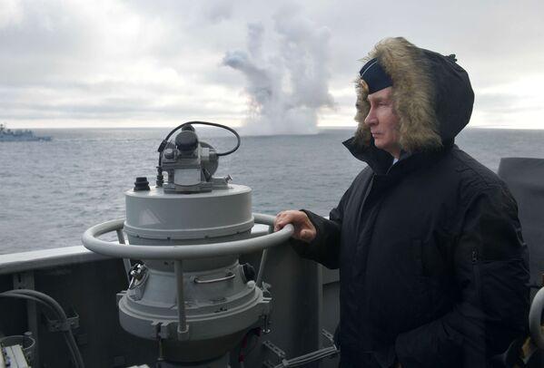 Vladimir Putin sleduje společná cvičení Severní a Černomořské flotily Ruska. - Sputnik Česká republika