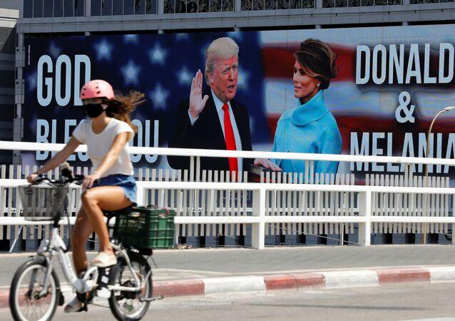 Billboard představující amerického prezidenta Donalda Trumpa a první dámu v Tel Avivu