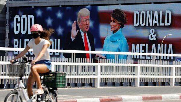 Billboard představující amerického prezidenta Donalda Trumpa a první dámu v Tel Avivu - Sputnik Česká republika