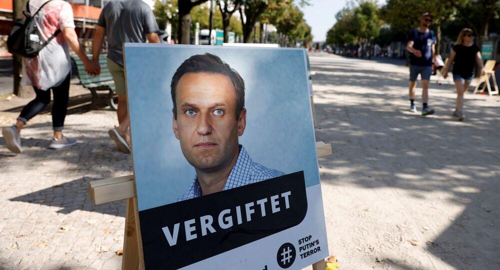 """Portrét Alexeje Navalného s podpisem """"otráven"""" poblíž budovy ruského velvyslanectví v Berlíně"""