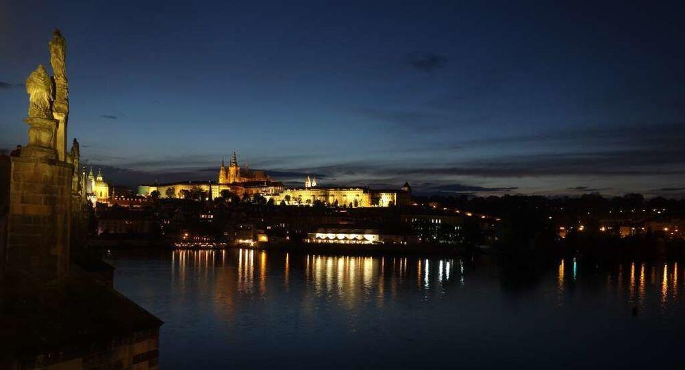 Výhled na večerní Pražský hrad. Ilustrační foto