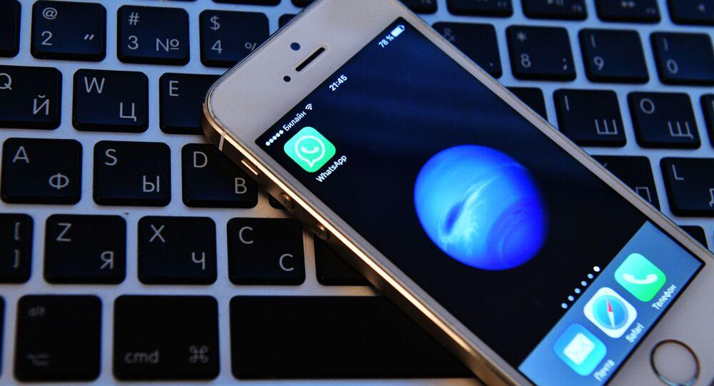 Mobilní telefon a počítač. Ilustrační foto