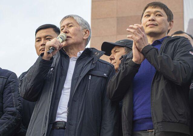 Bývalý premiér Kyrgyzstánu Almazbek Atambajev před svými stoupenci