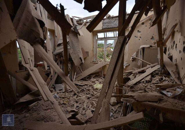 Dům zničený po ostřelování ázerbájdžánskými jednotkami města Martuni v Karabachu