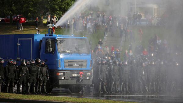 Policie používá vodní dělo proti protestujícím - Sputnik Česká republika