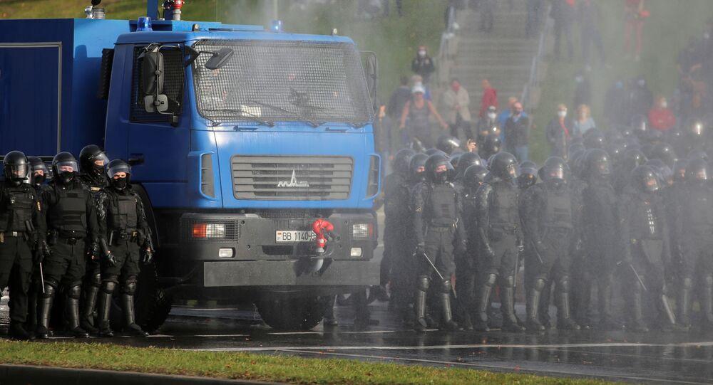 Policie používá vodní dělo proti protestujícím