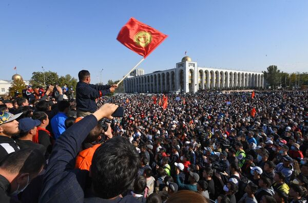 Účastníci protestní akce v Biškeku. - Sputnik Česká republika