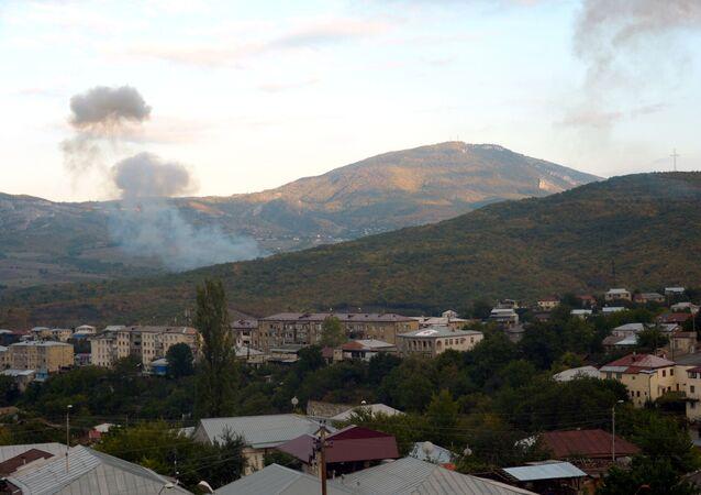 Hlavní město Republiky Arcach Stěpanakert po dělostřeleckém ostřelování. Ilustrační foto