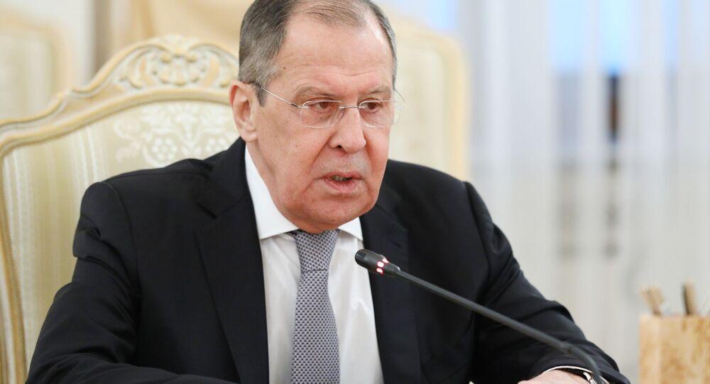 Ruský ministr zahraničí Sergej Lavrov na schůzce se svým arménským protějškem Zograbem Mnacakaňanem.