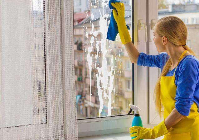 Dívka myje okno