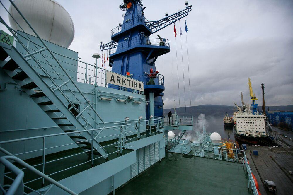 Ledoborec Arktika po úspěšném absolvování zkoušek na Severním pólu dorazil do Murmansku.