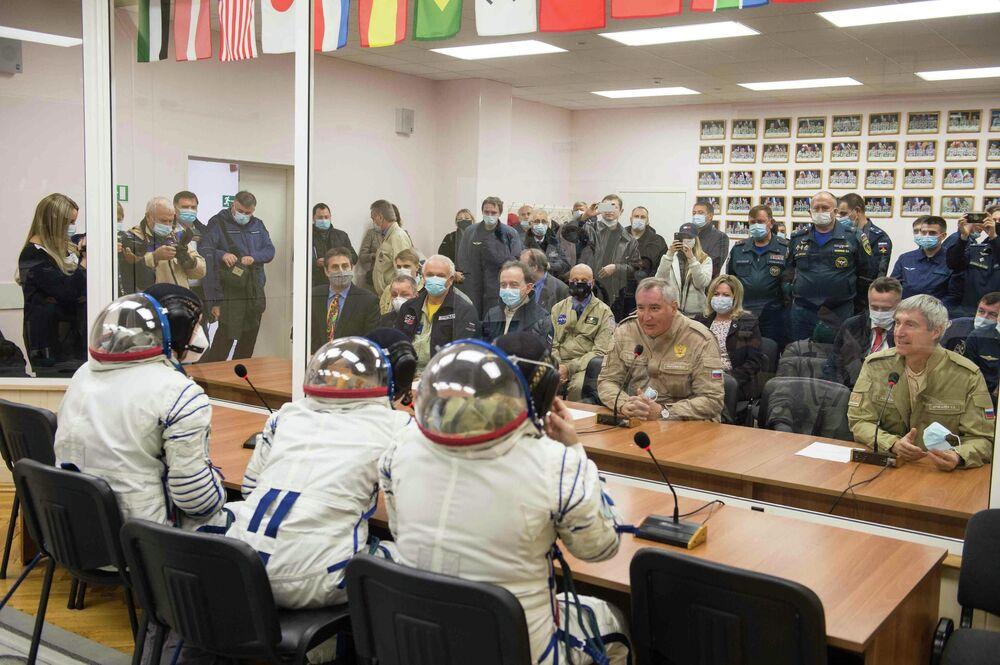 Generální ředitel společnosti Roskosmos Dmitrij Rogozin na setkání se členy hlavní posádky.