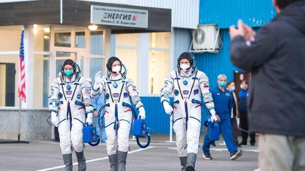 Ruští kosmonauti Sergej Ryžikov, Sergej Kuď-Sverčkov a Američanka Kathleen Rubinsová. - Sputnik Česká republika
