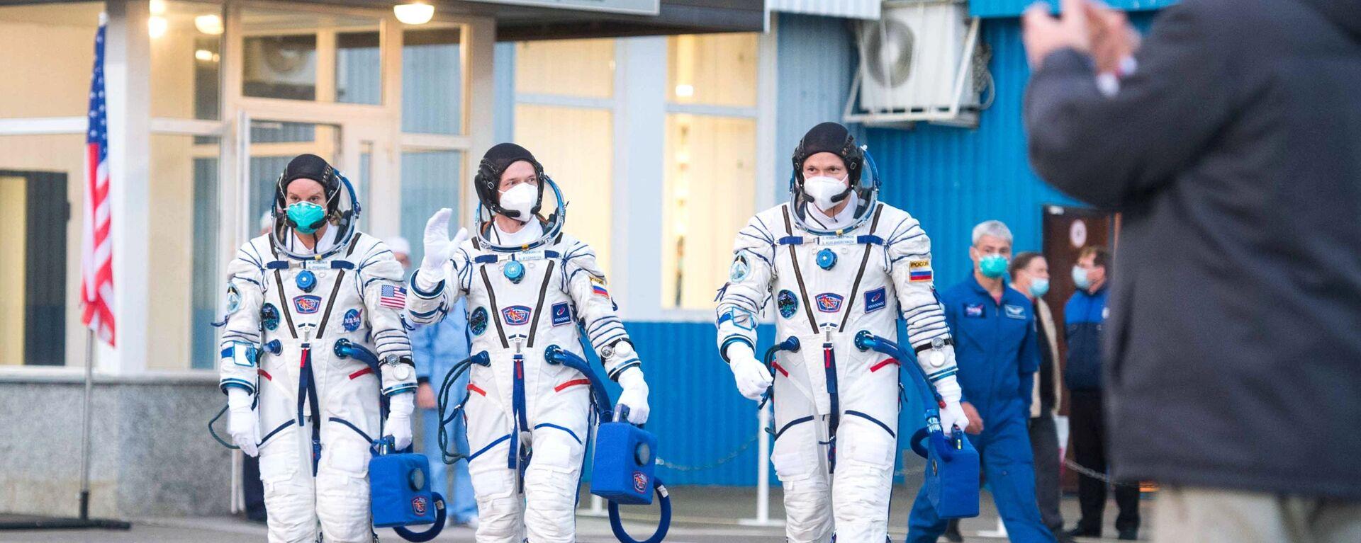 Ruští kosmonauti Sergej Ryžikov, Sergej Kuď-Sverčkov a Američanka Kathleen Rubinsová. - Sputnik Česká republika, 1920, 17.04.2021