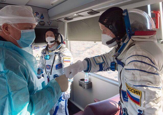 Členové hlavní posádky ISS-64, kosmonauti Roscosmosu Sergej Kuď-Sverčkov a Sergej Ryžikov