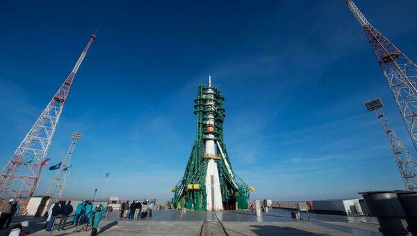 Start nosné rakety Sojuz 2.1a z kosmodromu Bajkonur s pilotovanou lodí Sojuz MS-17 - Sputnik Česká republika