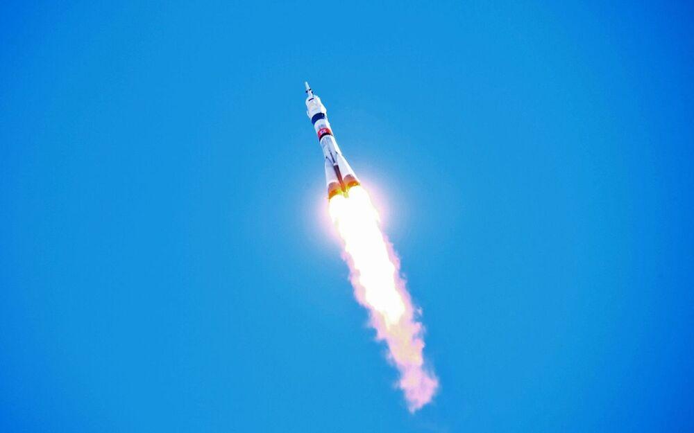 O několik minut později se Sojuz MS-17 oddělil od třetího stupně rakety a zahájil nezávislý let.