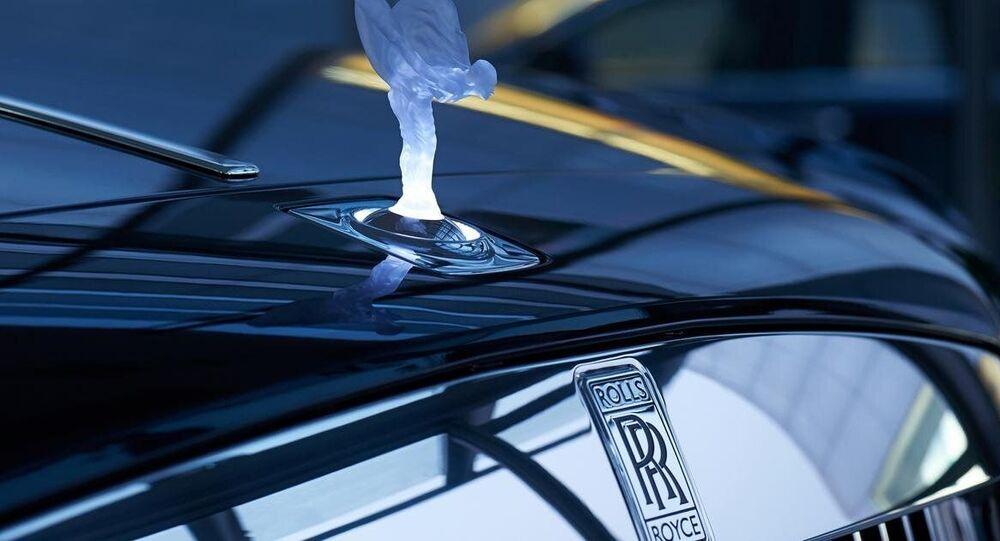 Rolls-Royce. Podsvícená soška the Spirit of Ecstasy. Ilustrační foto.