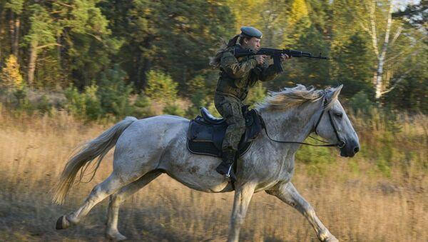 Kadetka Rjazaňského gardového vyššího výsadkového velitelského učiliště armádního generála V. F. Margelova během jezdeckého výcviku - Sputnik Česká republika