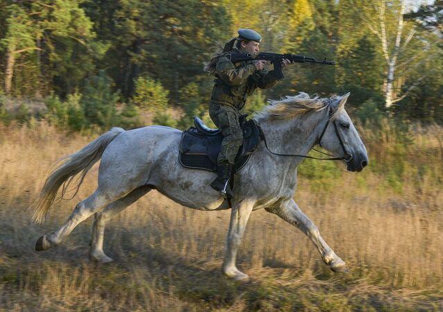 Kadetka Rjazaňského gardového vyššího výsadkového velitelského učiliště armádního generála V. F. Margelova během jezdeckého výcviku