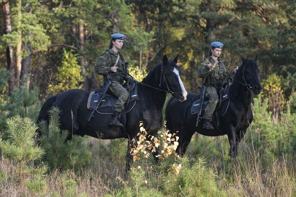 Kadetky Rjazaňského gardového vyššího výsadkového velitelského učiliště armádního generála V. F. Margelova během jezdeckého výcviku