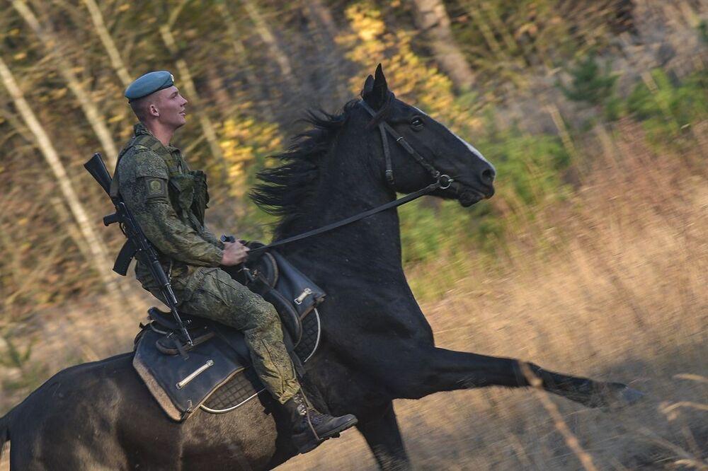 Kadet Rjazaňského gardového vyššího výsadkového velitelského učiliště armádního generála V. F. Margelova během jezdeckého výcviku