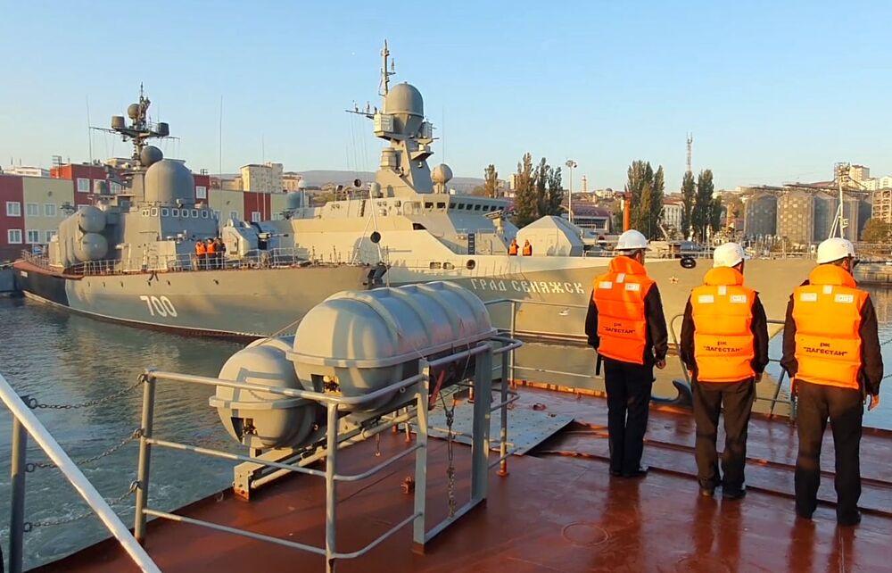 Strážní loď Dagestán jde na moře k účasti na cvičení kaspické flotily Raketový člun Stupinets a malá raketová loď Grad Sviažsk jdou na moře, aby se zúčastnily cvičení kaspické flotily