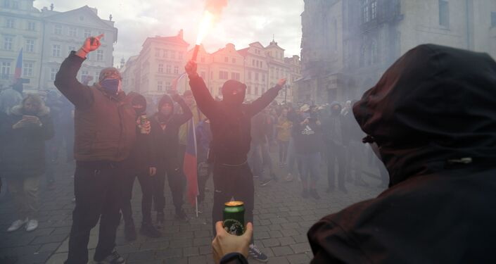V centru Prahy se shromáždily stovky odpůrců protikoranovirových opatření