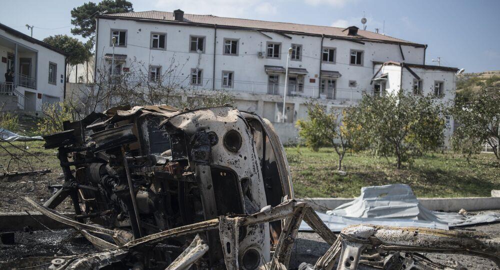 Vyhořelá auta u nemocnice v Nahorním Karabachu zničená při ostřelování