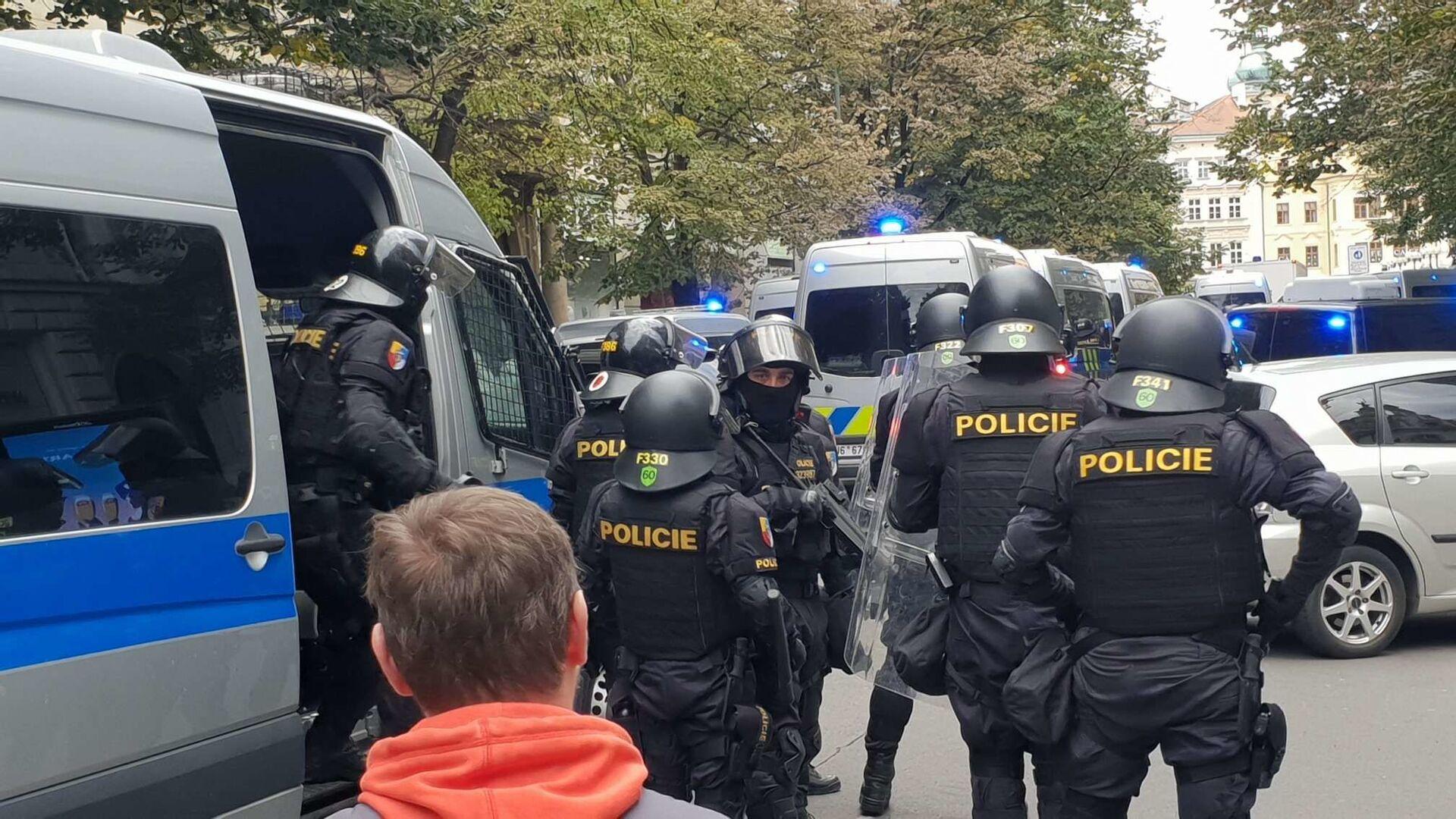 Policie zasahuje na demonstraci proti koronavirovým opatřením v Praze - Sputnik Česká republika, 1920, 29.06.2021