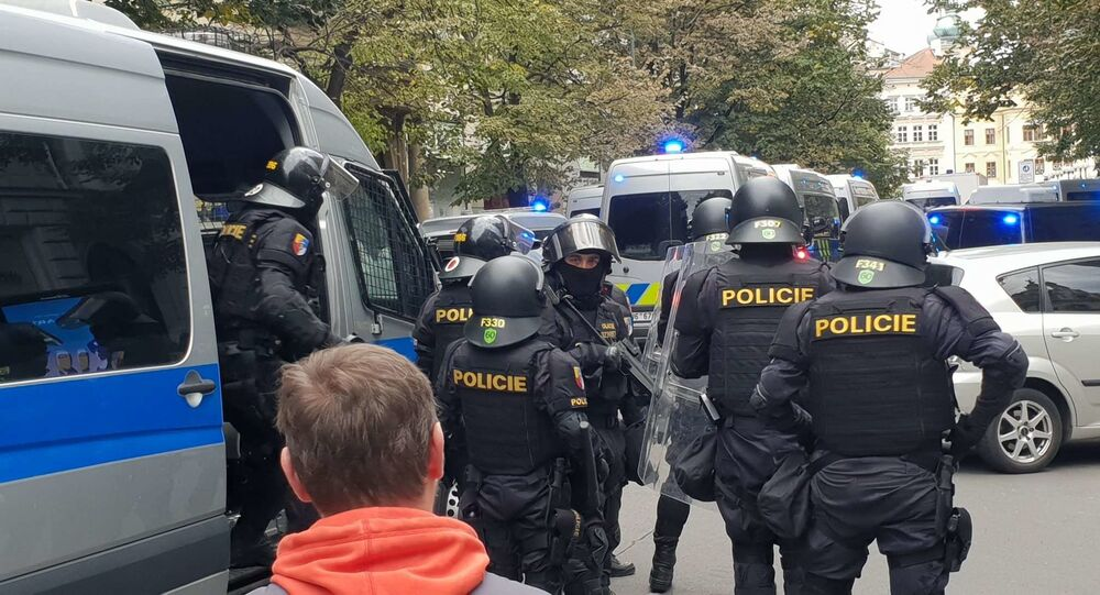Policie zasahuje na demonstraci proti koronavirovým opatřením v Praze