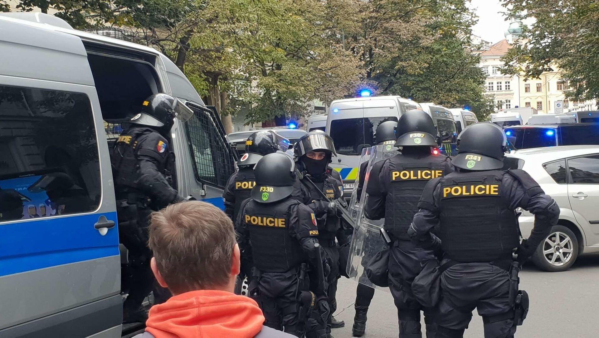 Policie zasahuje na demonstraci proti koronavirovým opatřením v Praze - Sputnik Česká republika, 1920, 20.10.2020