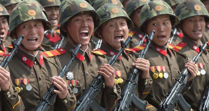 Vojáci během vojenské přehlídky u příležitosti 75. výročí založení Korejské strany pracujících