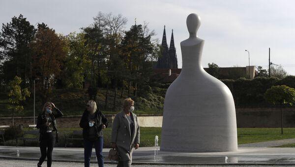 Kolemjdoucí v lékařských rouškach před pomníkem Marie Terezie v Praze - Sputnik Česká republika