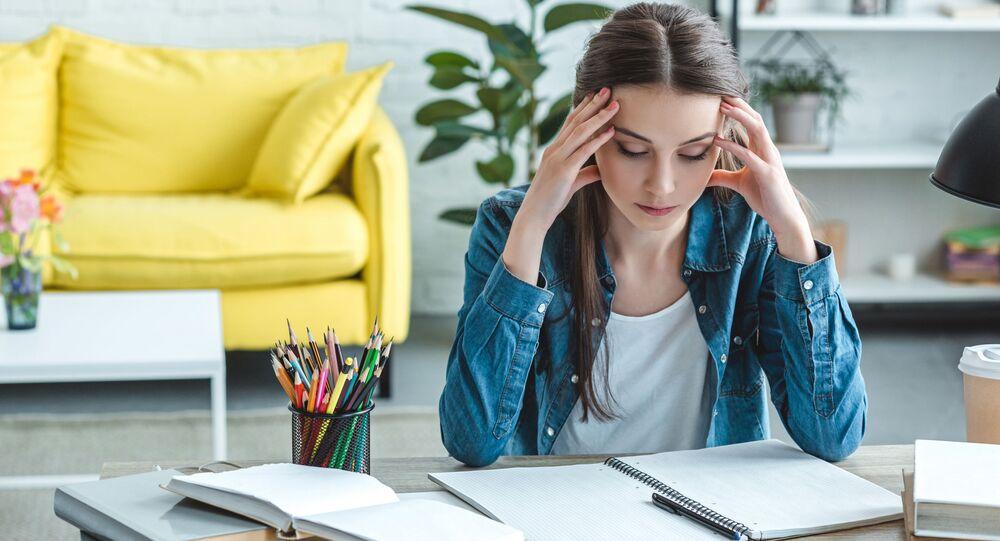 Dívka s bolestí hlavy