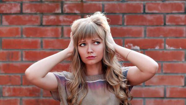 Dívka se drží za hlavu - Sputnik Česká republika