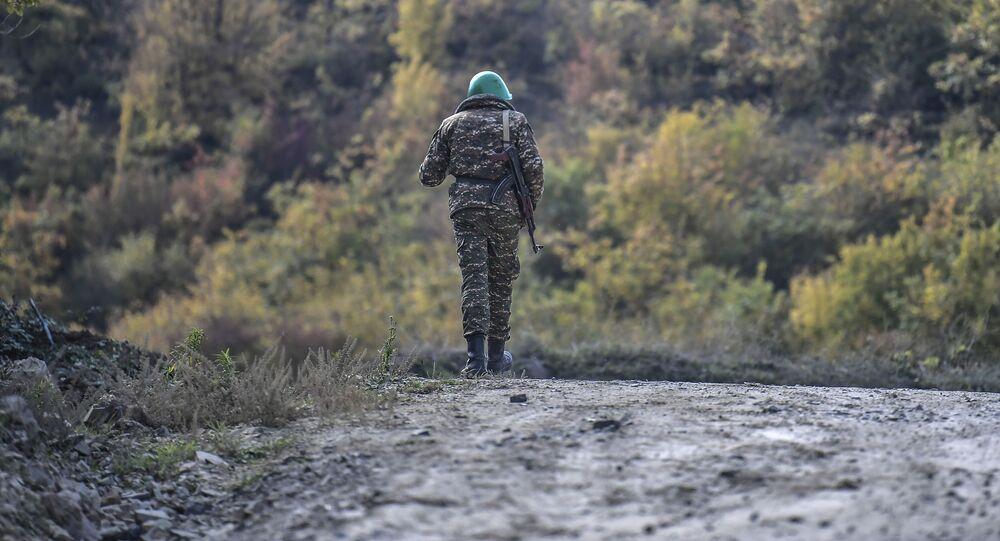 Arménský voják na silnici v Nahorním Karabachu