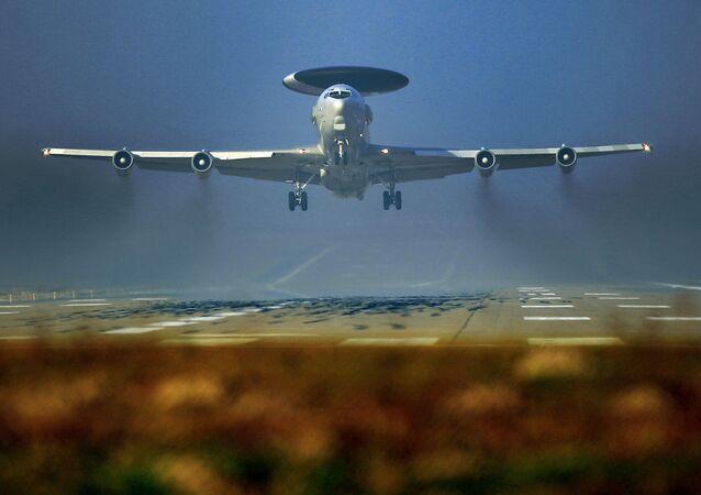 Letoun včasné výstrahy a řízení NATO AWACS na základně v Německu