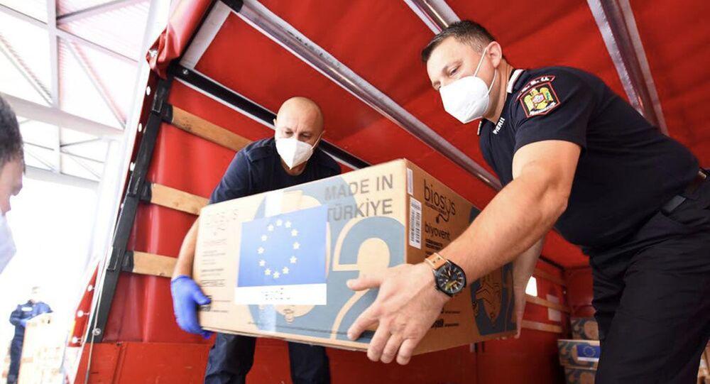 Rumunští hasiči přivezli ventilátory do ČR