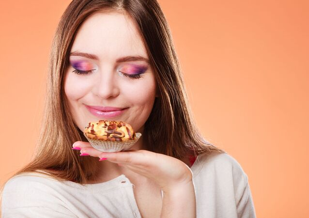 Dívka vdechuje vůni dortu