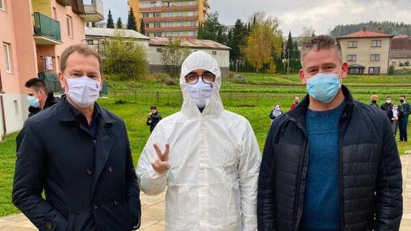 Slovenský premiér Igor Matovič (vlevo) dohlíží na celoplošné testování - Sputnik Česká republika