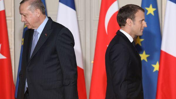 Turecký prezident Recep Tayyip Erdogan a prezident Francie Emmanuel Macron - Sputnik Česká republika
