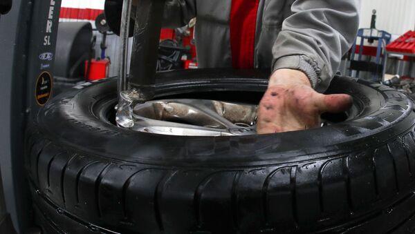 Výměna pneumatik v autosalonu - Sputnik Česká republika