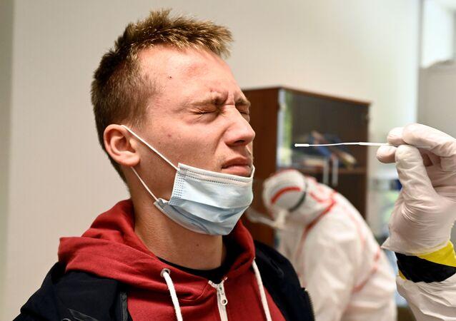 Odebírání vzorku pro test na nový koronavirus