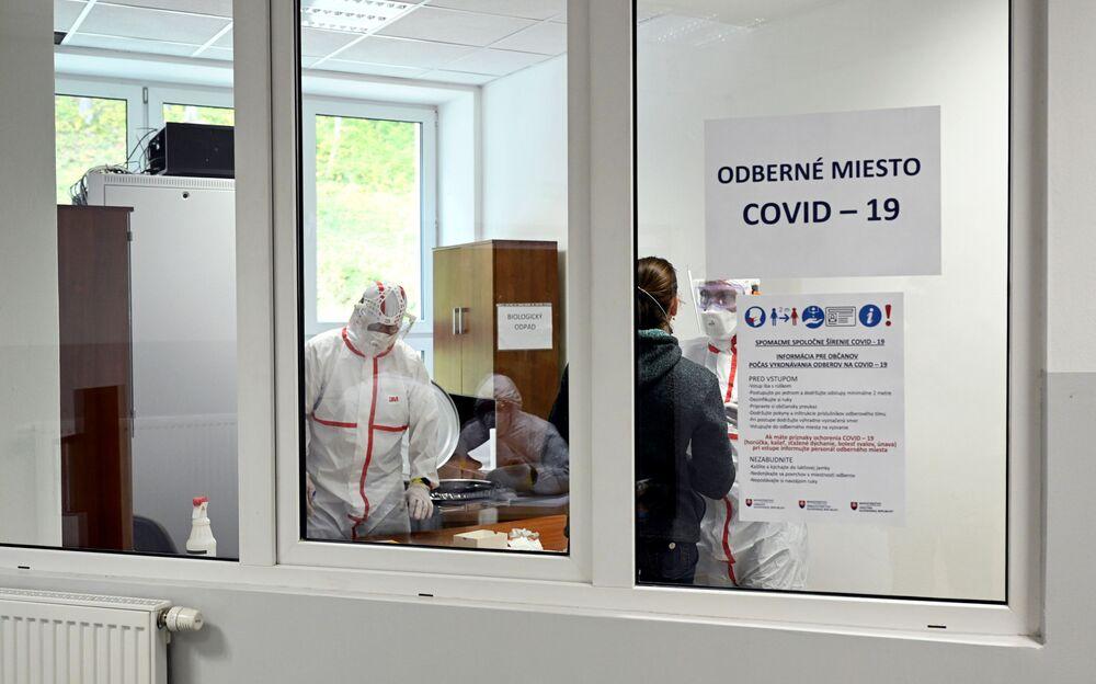 První fáze plošného testování na Slovensku skončila. Jak dopadla a jaké výsledky přinesla