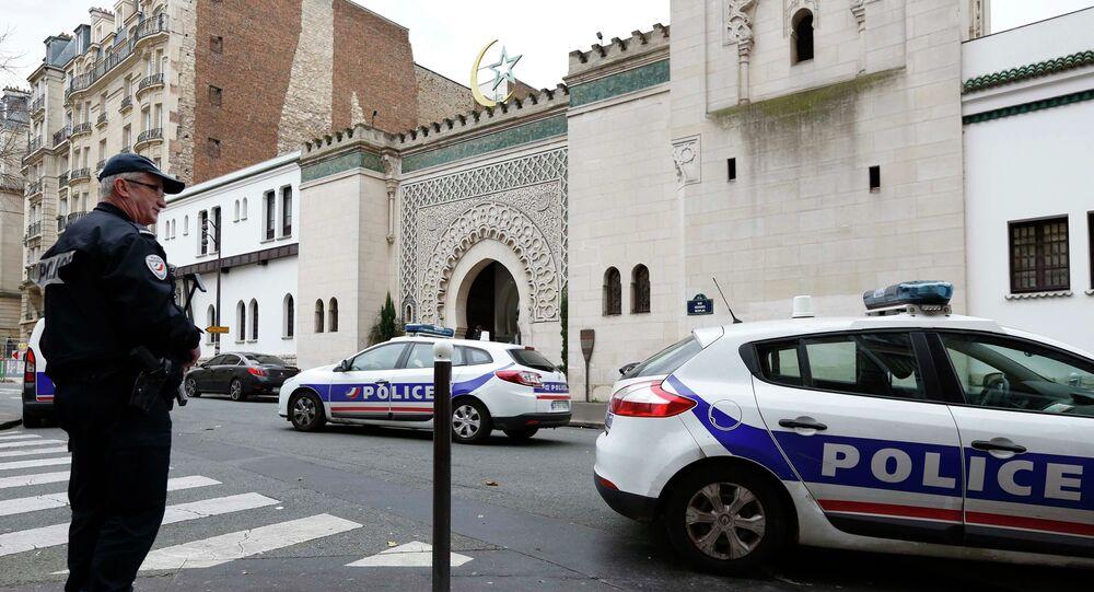 Francouzská policie vedle Velké mešity v Paříži