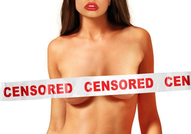 """Nahá dívka s prsou potaženou páskou se slovy """"cenzura"""""""