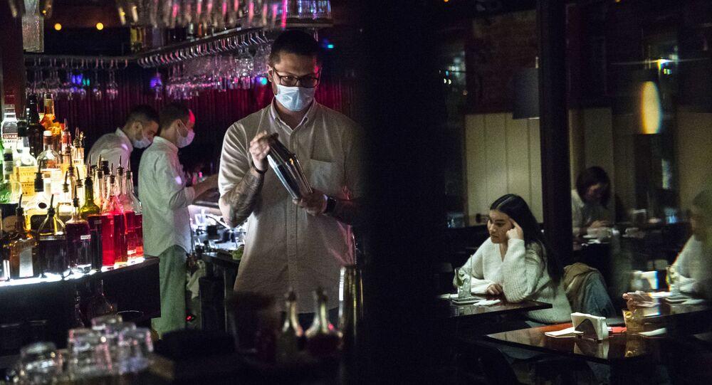 Barman v moskevském baru Strelka
