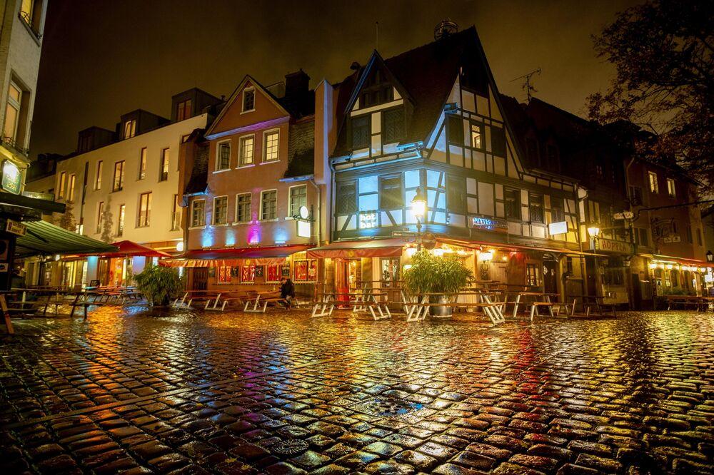 Prázdné ulice Prahy, zákaz vycházení v Paříži. Podívejte se, jak vypadají hlavní města Evropy v noci během pandemie
