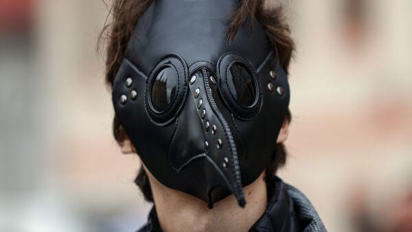 Muž v roušce na protestní akce proti vládním opatřením v Praze - Sputnik Česká republika